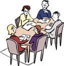 Menschen arbeiten zusammen an einem Tisch.